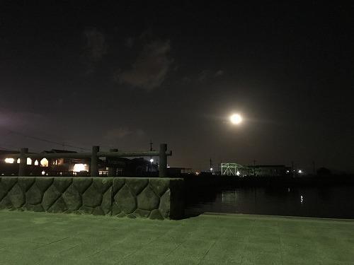 おもてなしホステルから見た満月